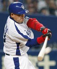6回裏、中村紀洋がライトスタンドに2打席連続本塁打を放つ=ナゴヤドーム