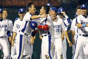 9回裏、サヨナラ本塁打を放ち、ホームイン後に荒木に抱きつかれる中村紀洋(中央)=石川県立野球場