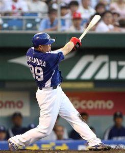 2回表、1死一塁で左翼席に21号2ランを放つ2番に起用された中村紀洋=広島