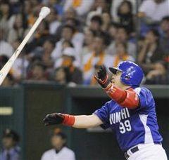 9回表、1死二、三塁から中村紀洋が中越えに勝ち越し3ランを放つ=東京ドーム