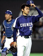 日本ハムにサヨナラ負けを喫しベンチに引き揚げる中田賢一投手と谷繁元信捕手(左)=札幌ドーム