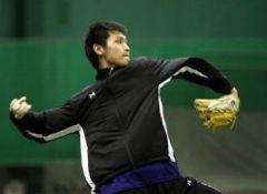キャッチボールをする中田賢一=中日ドラゴンズ屋内練習場