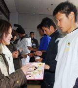 ナゴヤ球場での自主トレを打ち上げ、ファンにサインする中田賢一ら選手達