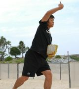 ビーチでキャッチボールを行う中田賢一