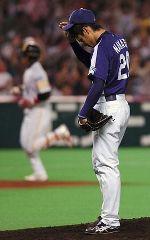 6回裏、小久保(左)に逆転満塁本塁打を許し、うなだれる中田賢一=ヤフードーム