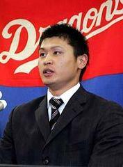 契約更改を終え記者質問に答える中田賢一=中日球団事務所