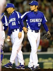 7回裏、阪神に逆転され降板する中田賢一、左は落合監督=甲子園