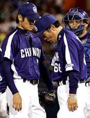 7回裏途中、落合監督から降板を告げられた先発、中田賢一(左)=横浜