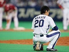 9回表、楽天渡辺直のバントを二塁へ悪送球してピンチを広げうなだれる中田賢一=ナゴヤドーム