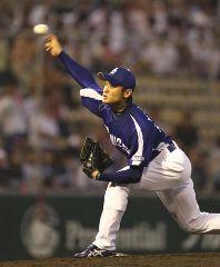 先発して2本塁打を浴び4回途中で降板した中田賢一=広島市民球場
