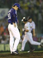 4回裏、矢野に2ランを打たれ、がっくりする中田賢一=甲子園