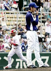 3回裏、前田智徳(左)に3ランを浴びた中田賢一=広島