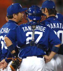 3回裏、中田が打たれ落合監督がマウンドへ=横浜
