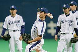 本拠地での広島4連戦に向け調整する(左から小林、中田、朝倉、佐藤充)中日投手陣=ナゴヤドーム
