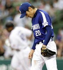 8回裏、ブラウンに本塁打を許した中田賢一=西武ドーム