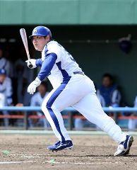 7回裏、左線に2ベースを放つ中田亮二=北谷球場
