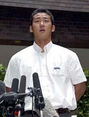 記者会見でプロ志望届提出を表明する大阪桐蔭の中田翔投手=10日午前、大阪府大東