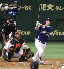1回表1死一、三塁から野本が右越え3ランを放つ。捕手阿部=東京ドーム