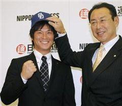中日入団が決まり帽子をかぶって笑顔の野本圭、仁村徹スカウト(右)=東京・東新橋