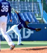 6回裏、中村紀洋はヤクルト田中浩の打球にグラブを出すも及ばず=神宮球場