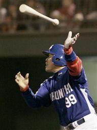 8回表、2アウト一、二塁で中村紀洋がライトスタンドに3点本塁打を放つ=福山