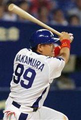 8回裏、2アウト一、二塁で中村紀洋が右中間に逆転の2点二塁打を放つ=ナゴヤドーム