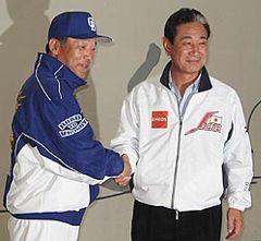 中日キャンプを訪問し、落合監督(左)と笑顔で握手する日本代表星野監督=沖縄・北谷球場