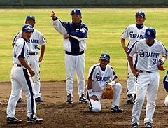 守備練習でで野手陣にアドバイスする落合監督