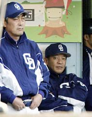 ベンチで渋い表情の落合監督(右)と宇野コーチ=広島
