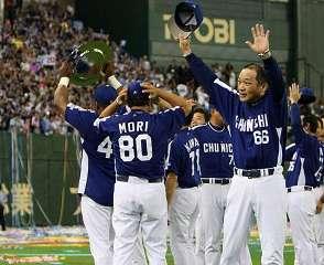 プロ野球セ・リーグのクライマックスシリーズ第2ステージで巨人に3連勝、日本シリーズ進出を決め、ファンの声援に応える落合監督(右端)と中日ナイン=東京ドーム