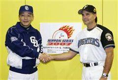 日本シリーズ開幕を前に握手する中日・落合監督(左)と日本ハム・ヒルマン監督=26日、札幌ドーム
