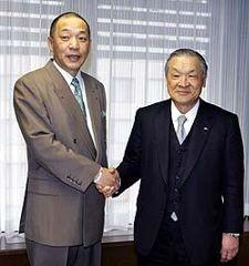 53年ぶりの日本一を、白井文吾オーナー(右)に報告する落合博満監督=16日午後、名古屋市中区