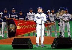 中日ファン感謝デーで日本シリーズの優勝ペナントをバックに挨拶する落合監督=24日、ナゴヤドーム