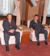 中日は名古屋市から特別功労賞を贈られ表彰式に出席した落合監督(左)