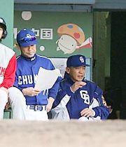 ベンチで渋い表情の落合監督(右)と川相コーチ=広島
