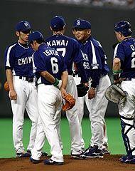 4回裏、2死一、二塁で5失点の先発・川井進に交代を告げる落合監督=札幌ドーム