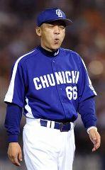 6回、先発吉見に降板を告げ、さえない表情でベンチに戻る落合監督=横浜