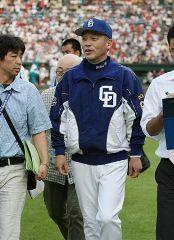 広島に連敗して引き上げる落合監督=広島市民球場