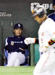 8回裏、勝ち越し2ランを放ち本塁に向かうラミレス(手前)を見る落合監督=東京ドーム