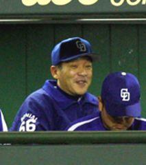 優勝を決めている落合監督は阪神戦で笑顔を見せる=甲子園球場