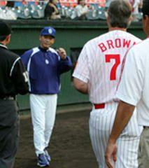 試合前にメンバー交換をする落合監督とブラウン監督=広島市民球場