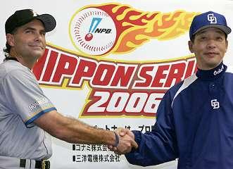 ナゴヤドームで開幕する日本シリーズを前に開かれた監督会議後、握手する日本ハムのヒルマン監督(左)と中日の落合監督