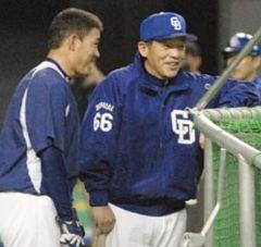 日本シリーズ第3戦に向けた打撃練習後に福留(左)と話す中日・落合監督=札幌ドーム