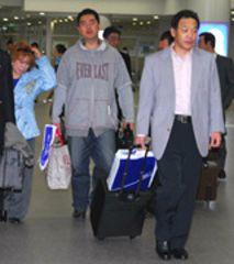 家族とともに札幌から中部国際空港に到着した中日落合監督