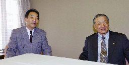 白井文吾オーナー(右)に、今季の報告をする落合監督