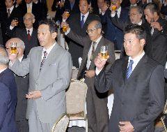 中日の納会で乾杯する落合監督(左)と福留孝介外野手(右)ら=24日夕、名古屋市内のホテル