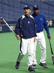 練習途中、落合監督にベンチ裏に連れて行かれるタイロン・ウッズ=ナゴヤドーム