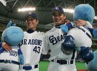 ヒーローインタビューで笑顔を見せる2勝目の小笠原(左)と決勝打の森野=ナゴヤドーム