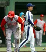 中日先発小笠原(右)は3回、集中打を浴び厳しい表情=岐阜長良川球場