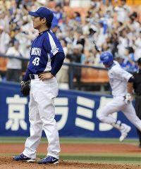 1回裏、内川(右)に2者連続となる本塁打を浴びた小笠原孝=横浜